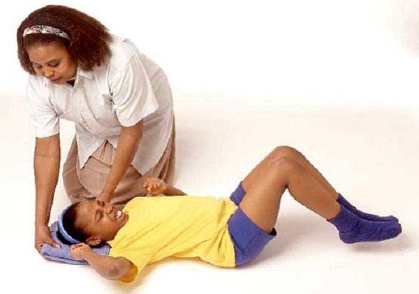 Xử trí thế nào khi trẻ bị co giật động kinh? 2