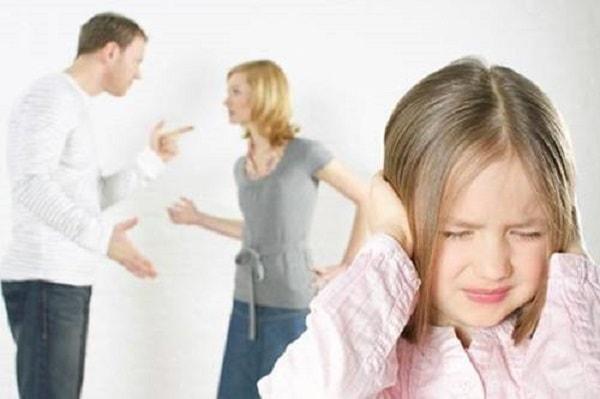 """9 điều mẹ tuyệt đối tránh nếu không muốn con """"sợ"""" môn Hóa 2"""