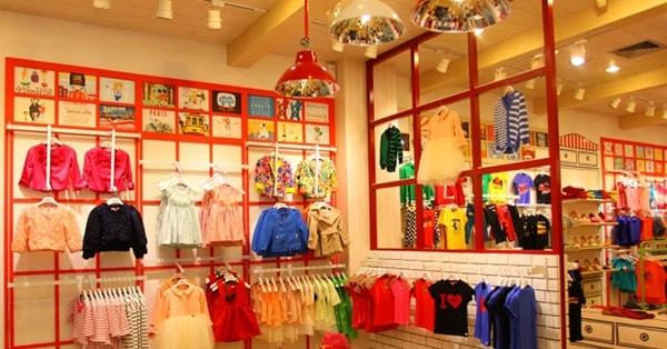 Bố trí shop quần áo trẻ em cần có sự nhất quán màu sắc