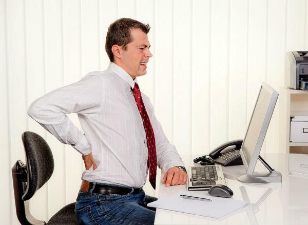 Ngồi làm việc nhiều lại gây đau lưng