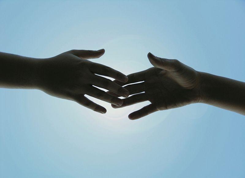 Chạm tay vào người khác