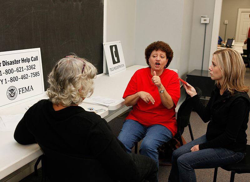 Những người câm giao tiếp với nhau bằng ngôn ngữ ký hiệu