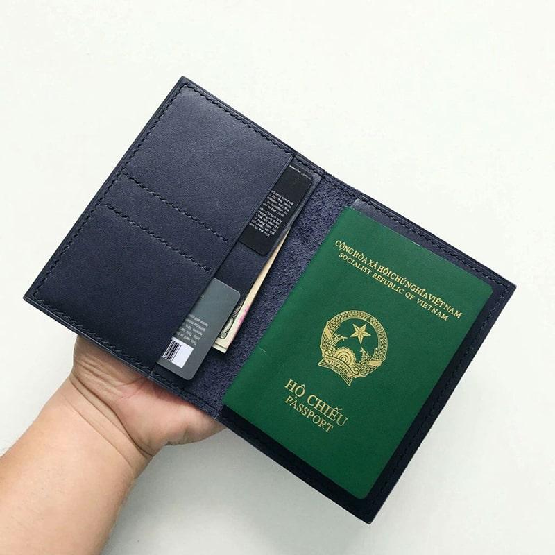 Hộ chiếu và chứng minh thư cần phải luôn mang theo bên mình khi đi du lịch