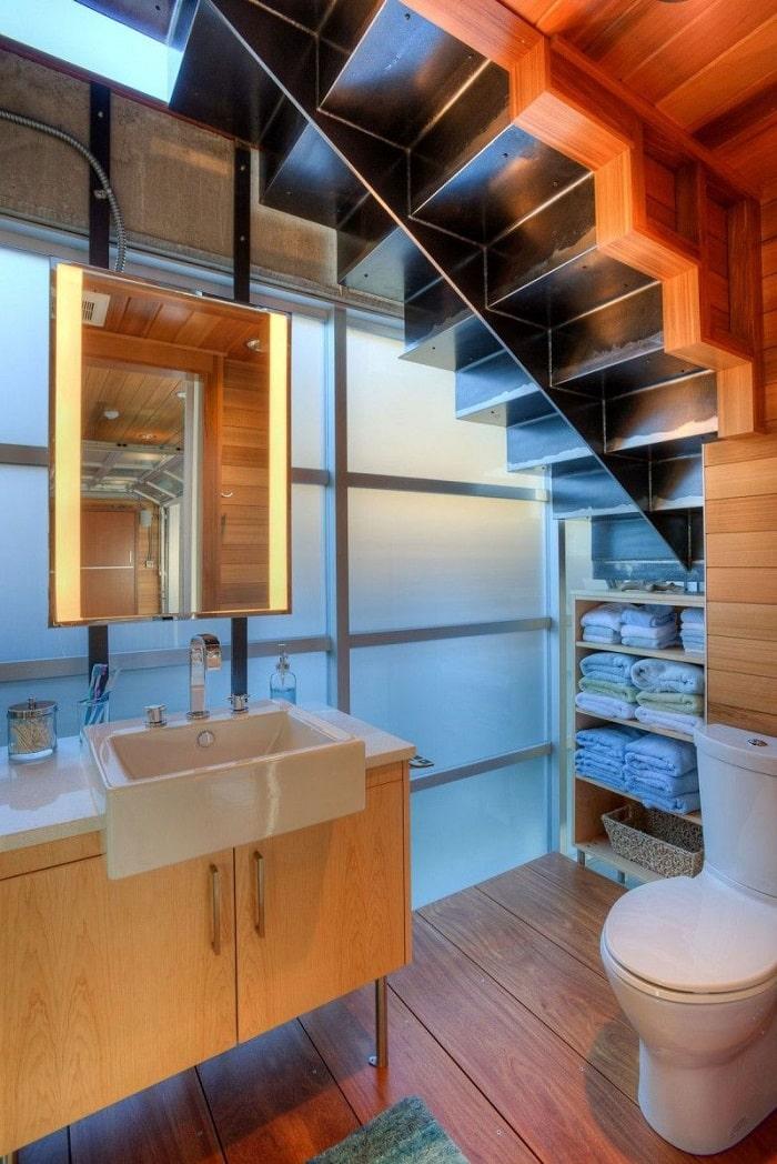Thiết kế nhà vệ sinh dưới gầm cầu thang vô cùng đẹp, độc đáo, tiện lợi